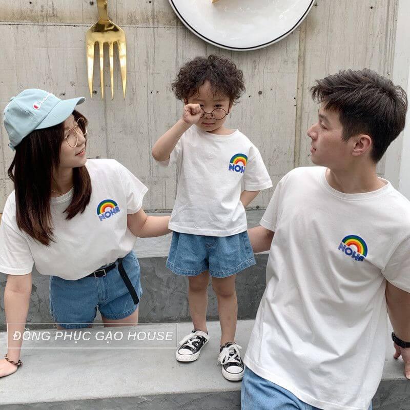 Áo gia đình màu trắng luôn là lựa chọn số 1 của nhiều gia đình trẻ