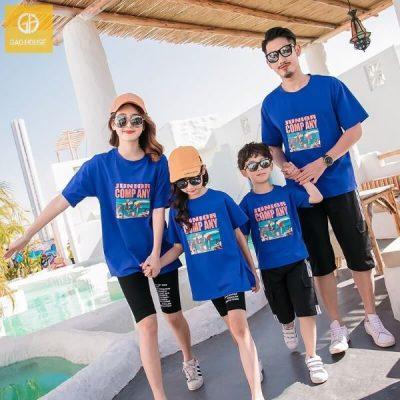 Với da sẫm, ngăm đen chọn những set áo gia đình màu xanh dương sẽ giúp người mặc trông khỏe khoắn, tươi sáng hơn