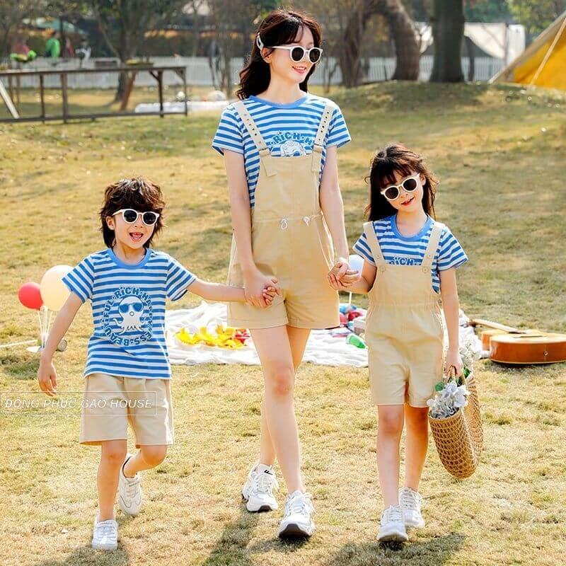 Mẫu áo gia đình kẻ sọc ngang mix cùng đầm yếm luôn được các chị em ưu tiên lựa chọn