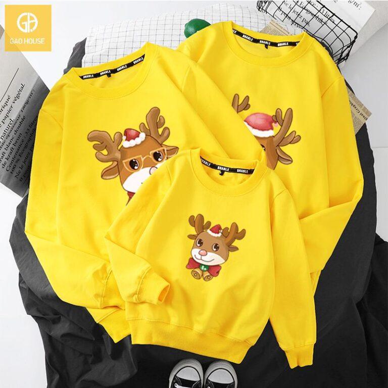Mẫu đồng phục gia đình Noel màu vàng in hình chú tuần lộc dễ thương