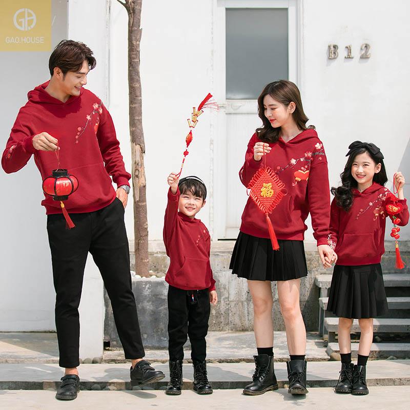 Đồ gia đình mặc tết sắc đỏ may mắn.
